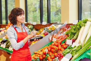 Frau zählt Gemüse für Erfassung vom Warenbestand