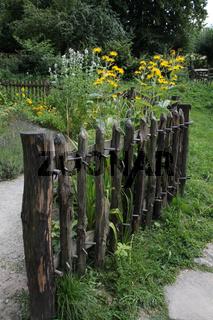 Bauerngarten mit Zaun
