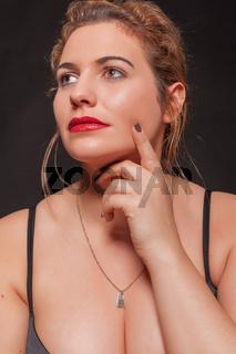 Mollige schöne junge blonde Frau mit sexy Dekollet