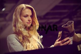 Junge blonde Frau beim Shopping