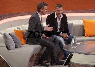 Moderator Markus Lanz mit Fußballer Lukas Podolski bei 'Wetten, dass..?' 09.11.13 in Halle/Saale
