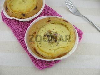 Dinkel-Kaesekuchen mit Blütenzucker