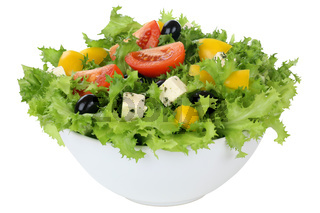 Salat mit Tomaten, Paprika und Oliven in Schüssel Freisteller