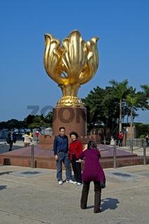 Besucher an der Statue der Ewig Blühenden Bauhinia
