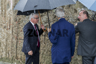 Kerry visits the Berliner Wall