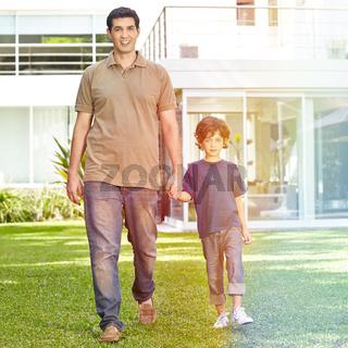 Vater und Sohn im Garten vor Haus