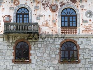 Hauswand mit Fenstern