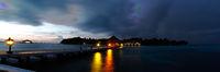 Malediven, Insel am Abend mit Beleuchtung