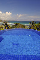 Swimmingpool einer Luxusvilla mit Ausblick auf den indischen Oze