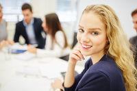 Junge Geschäftsfrau lächelt zufrieden