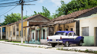 HDR Kuba blauer amerikanischer Oldtimer parkt vor einem Haus