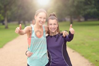 Zwei Frauen machen Daumen hoch nach dem Sport
