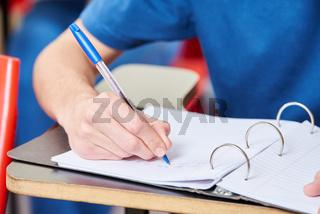 Schüler macht sich Notizen in Schule
