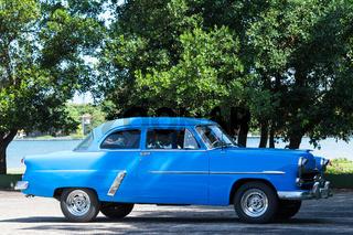 Blauer Oldtimer parkt in Kuba Havanna