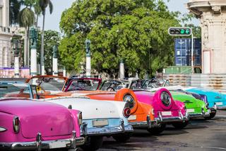 Parkende Oldtimer Cabriolets in der Rückansicht in Havanna Kuba