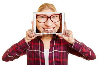Gesicht einer Frau auf Tablet Computer