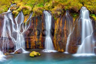 Detailansicht der Hraunfossar Wasserfälle