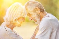 Alte Frau und alter Mann verliebt im Sommer