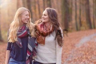 Zwei Freundinnen laufen durch den Wald