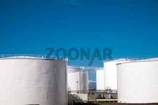Weisse Gaslagerungstanks
