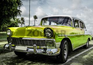 Gelber Oldtimer parkt in Cuba - HDR