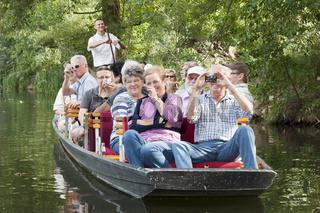 Touristen auf einer Kahnfahrt durch den Spreewald