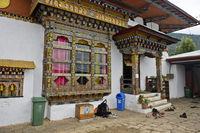 Verziertes Fenster und Eingang zum Tempelraum