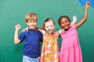 Jubelnde Gruppe Kinder im Kindergarten