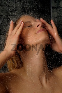 Junge Frau unter der Dusche