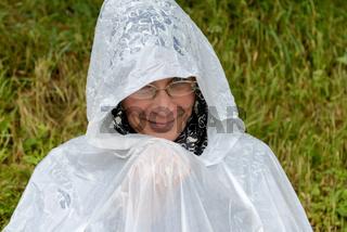 Frau mit Plastikponcho