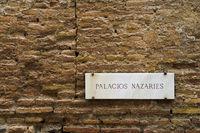Schild Palacios Nazaríes an einer Mauer