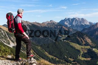 Wanderer vor Zugspitze