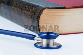 Buch und Stethoskop,