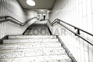 Person am Ende einer Treppe, U-Bahn | Subway stairs