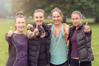 Erfolgreiches Frauen Team macht Daumen hoch