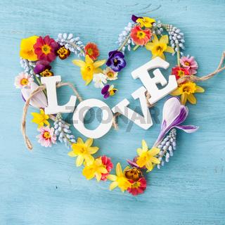 Fruehlingsblumen in Herzform