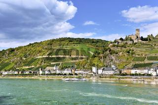 Ufer des Rheins mit der Stadt Kaub, Burg Gutenfels und die Weinberge, Oberes Mittelrheintal