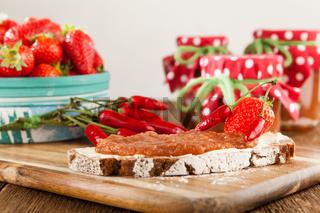Brotzeit auf rustikale Art mit Marmelade aus Chili und Erdbeeren