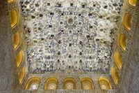 Maurische Verzierungen an der Decke der Halle der Könige