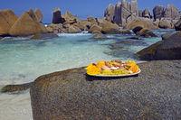 leckere Platte mit exotischen Früchten am Traumstrand Anse Marro