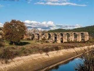 Der suedliche Teil des roemischen Aquaeduktes von Aspendos jenseits des Bewaesserungskanals