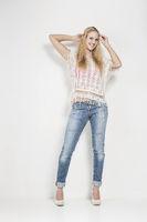 Gut gelaunte Frau in engen Jeans