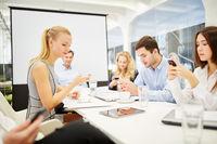 Team kommuniziert mit Smartphones