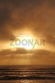 Dramatischer Abendhimmel an der Küste in Swakopmund, Namibia; dramatic evening sky at the coast of Swakopmund