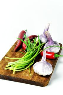 Brett mit Gemüse freigestellt vor weiß