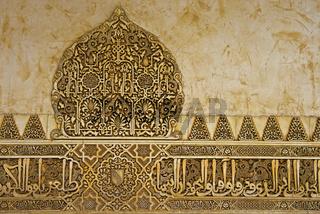 Arabesken und arabische Schriftzüge aus Stuck, Alhambra, Granada, Andalusien, Spanien,