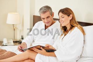 Paar im Hotel schaut auf die Speisekarte