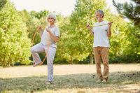Senioren machen Gymnastik mit Reifen im Sommer