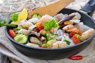 Gemischte Meeresfrüchte mit Gemüse vor dem Garen