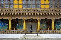 Einheimischer Mann am Eingang zum Krönungstempel in der Klosterfestung Punakha Dzong